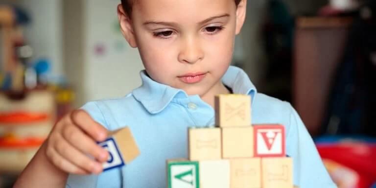 Menino brincando com blocos