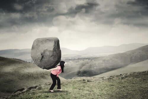 Mulher carregando pedra nas costas