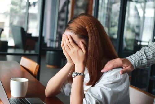 Jovem tendo crise de ansiedade