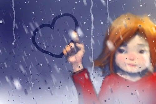 Menina desenhando um coração