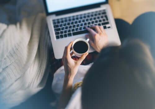 Mulher escrevendo em computador