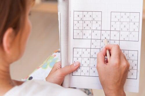 Mulher fazendo sudoku