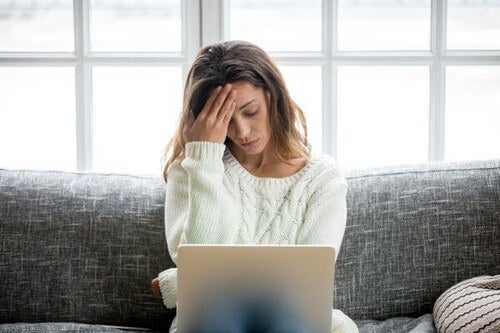 Mulher preocupada com coronavírus