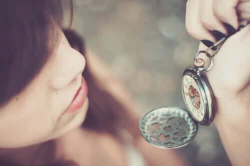 Mulher com relógio de bolso