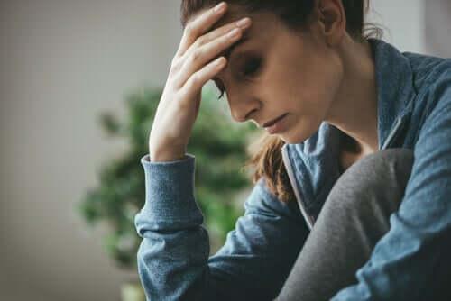 Mulher triste devido ao vício do marido