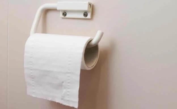 Papel higiênico no banheiro