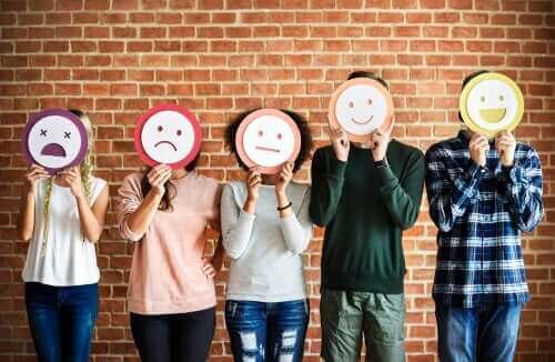 Pessoas com máscaras de emoções