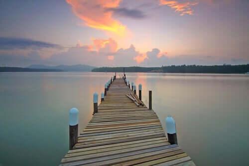 Pier em um lago calmo