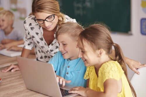 Professora ensinando seus alunos