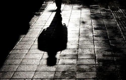 Sombra de homem andando sozinho