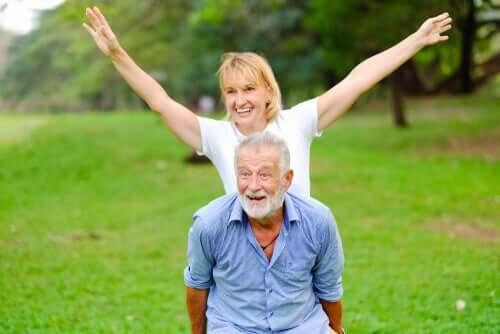 Casal de pessoas mais velhas