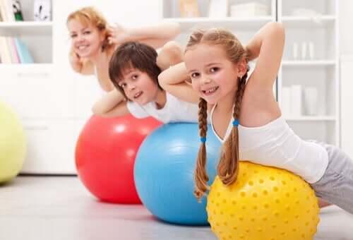 Crianças fazendo exercício em casa