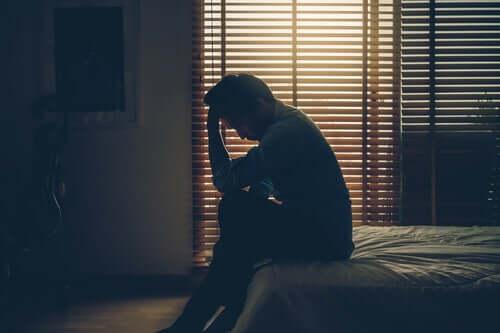 Homem chorando por luto