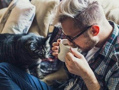 Homem em casa com seu gato