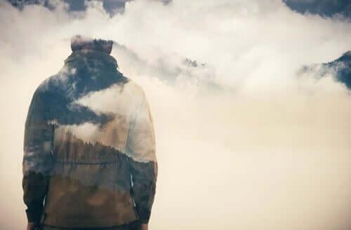 Homem entre nuvens