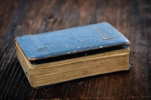 Livro antigo sobre mesa