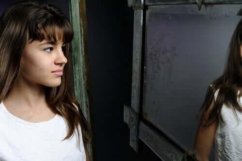 Adolescente se olhando no espelho