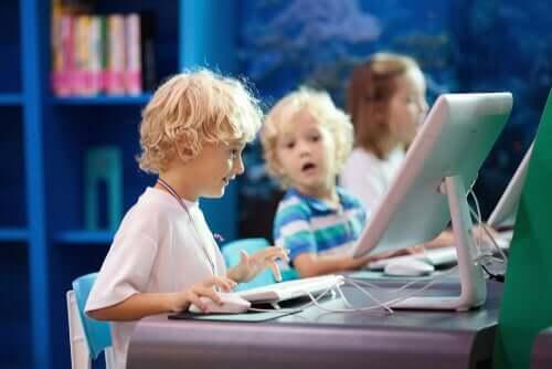 Crianças aprendendo em computador
