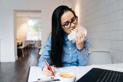 Por que comemos mais quando estamos estressados?
