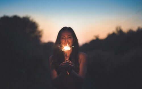 Mulher segurando vela acesa