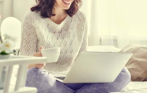 Mulher usando notebook em casa