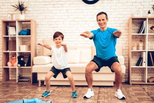 Pai e filho se exercitando