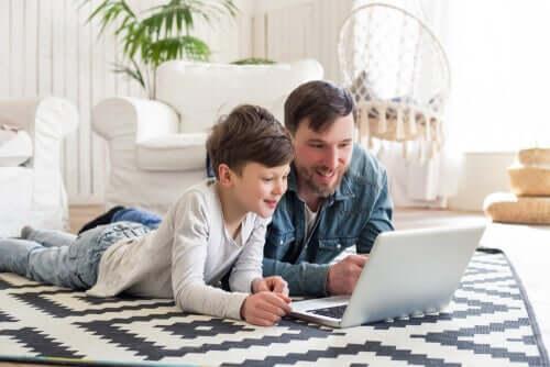 Pai e filho usando notebook
