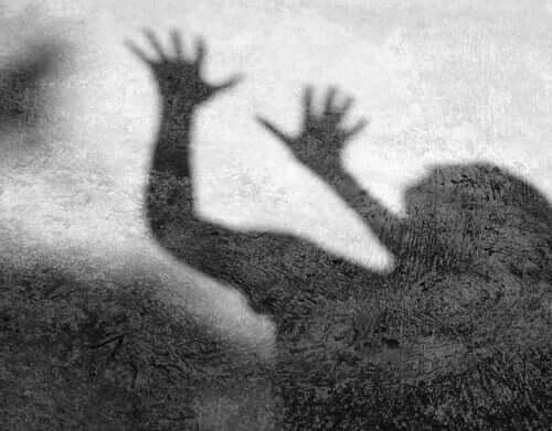 Sombra de pessoa com medo