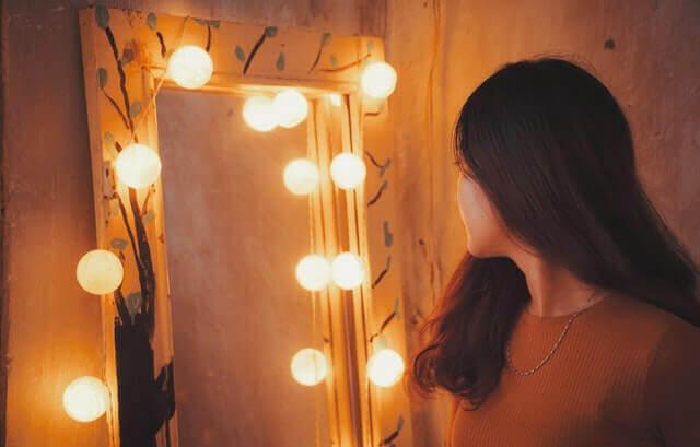 Jovem se olhando no espelho