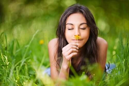 Garota cheirando uma flor