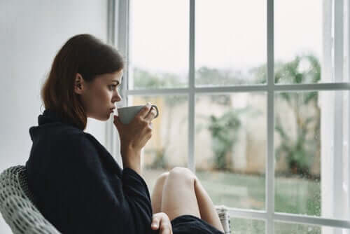 Mulher tomando chá na quarentena