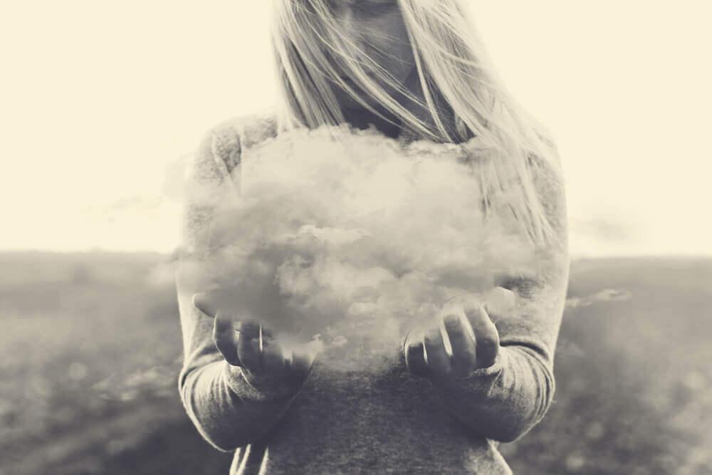 Mulher segurando nuvem nas mãos