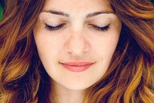 Mulher plena de olhos fechados