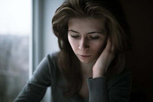 Mulher triste durante a quarentena