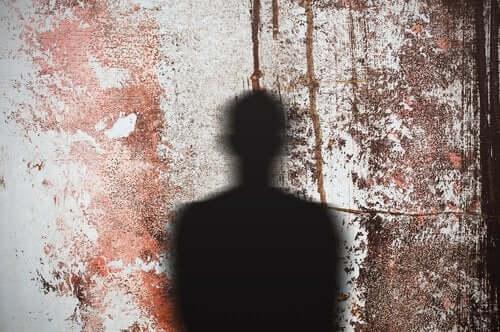 Sombra de homem em parede