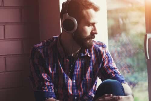 Homem testando escuta dicótica