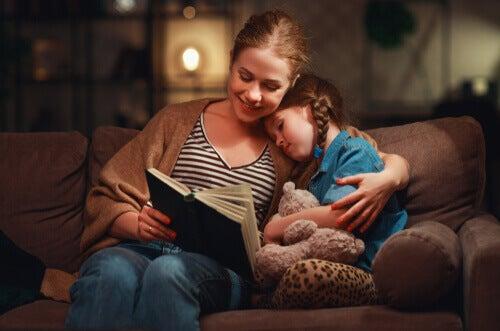 Mãe lendo para a filha