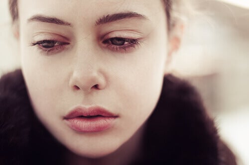 Mulher chorando com término do relacionamento