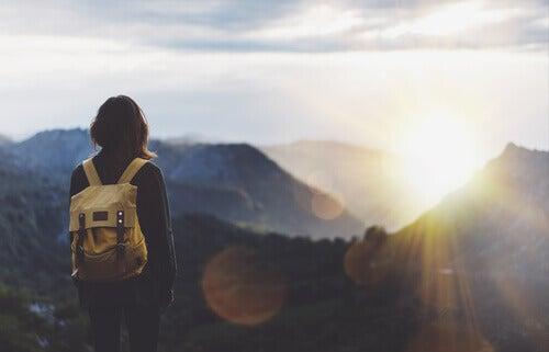 Mulher em montanha sozinha