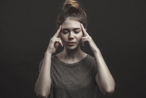 Mulher pensando de olhos fechados