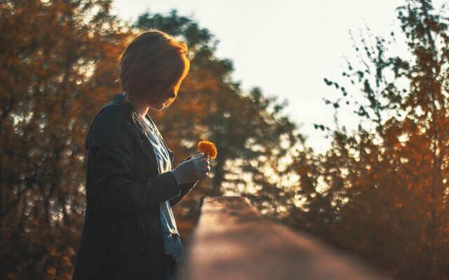 Diferenças entre estar só e se sentir sozinho