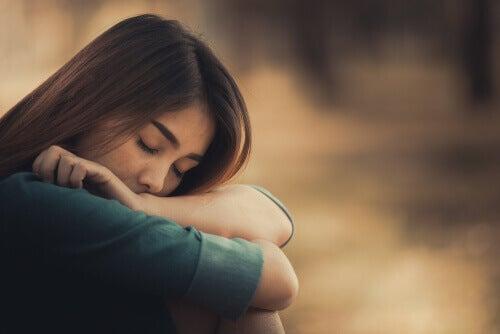 Mulher triste de olhos fechados