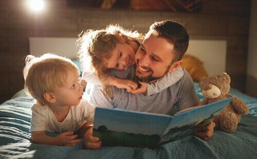 Pai lendo para os filhos