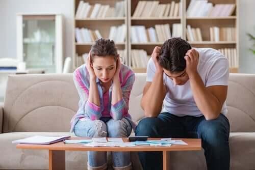 Casal enfrentando crise financeira