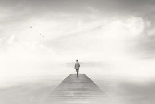 Homem caminhando em local com neblina