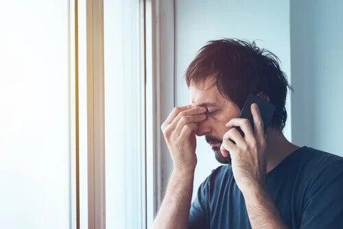 Homem estressado falando no celular
