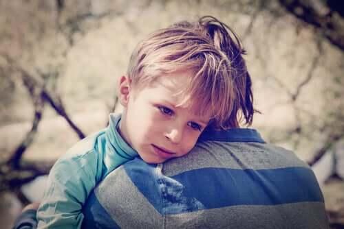 Filho sendo consolado pelo pai