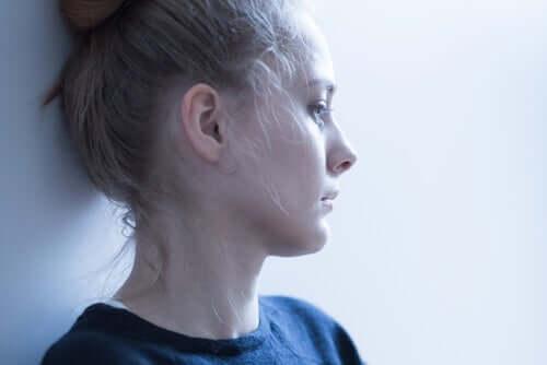 Mulher ansiosa e preocupada