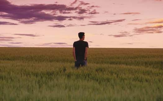 Jovem sozinho no campo