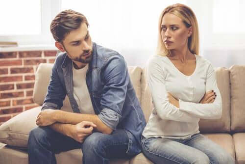 Casal brigado vivendo um relacionamento de amor e ódio